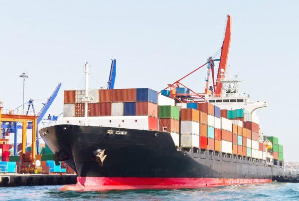 Logística a cielo abierto: <br> manejo de contenedores en el puerto 10