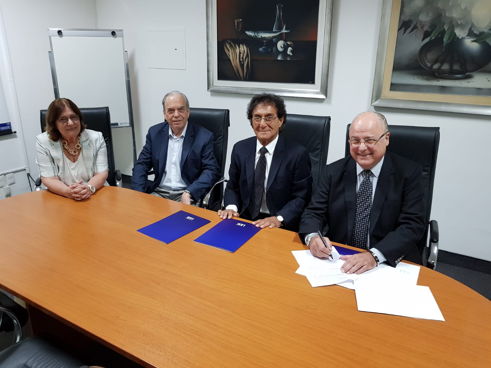 Casa de Galicia y la UDE renuevan convenio de cooperación